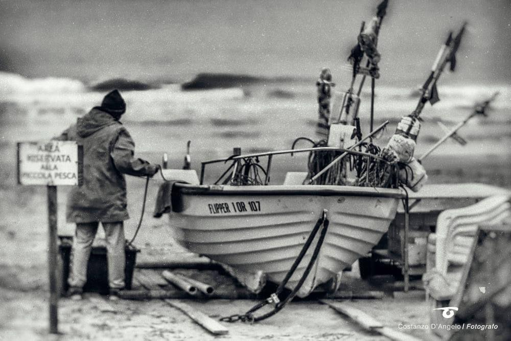 Aspettare all'alba il rientro dei pescatori e scoprire l'arte della piccola pesca